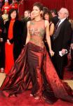 Aktris Halle Berry ketika tiba di karpet merah Academy Awards ke-74 di Hollywood. Halle tampak mengenakan baju atasan transparan dengan kombinasi motif dedaunan dan bunga.