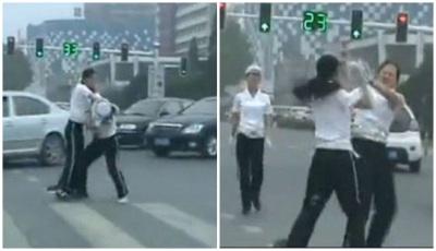 Dua Polwan Ini Berkelahi di Jalan Raya