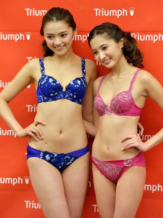 dua-gadis-jepang-pamerkan-pakaian-dalam-003