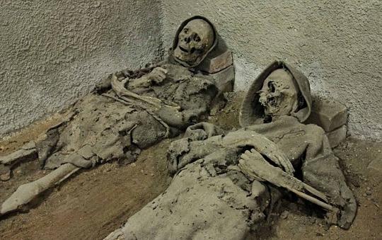 Dua mumi biarawan yang terbaring di ruang bawah tanah Gereja Salib Suci di Brno, Republik Ceko.